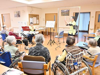 草加ロイヤルケアセンターの音楽療法プログラムの様子
