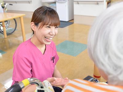 スタッフと利用者さまの笑顔があふれる施設。自然な笑顔がたくさんあります。