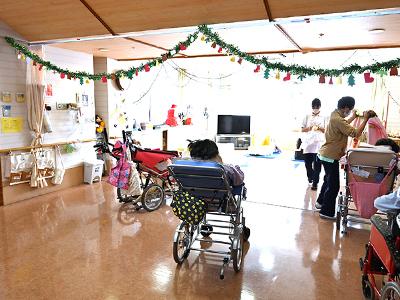病棟内には、日中活動ができるデイルームを完備。広くて開放的なスペースで、季節にちなんだ手作りの装飾に彩られています。