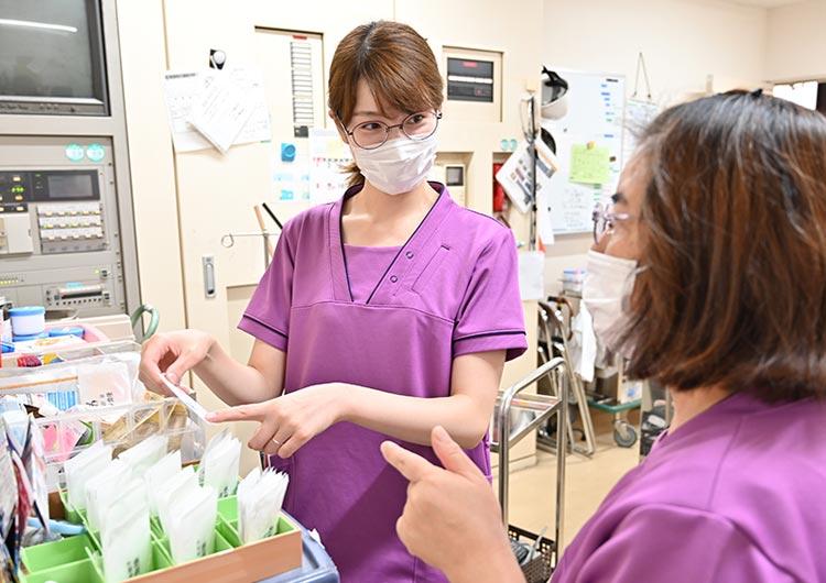 看護師の仕事風景。医療ニーズの高い利用者様も増えているため、病院での経験を活かして働くことができます。