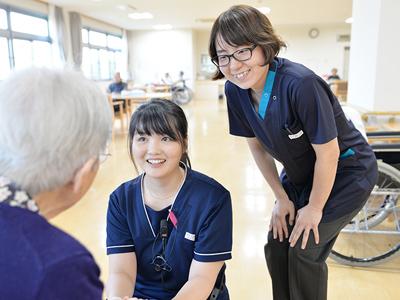 介護職とリハビリ職が連携して利用者様と関わり、生活場面でのリハビリを行っています。