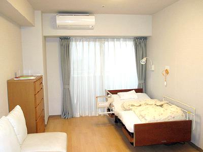 身体介護だけでなく、利用者様のお部屋の掃除やベッドメイクなども行います。