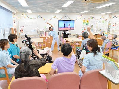 看護師と介護職が連携し、入居者様、利用者様の情報を共有し、一人ひとりに合わせたケアを実践しています。