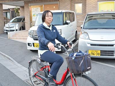 訪問エリアは足立区全域。移動手段は電動自転車か車です。