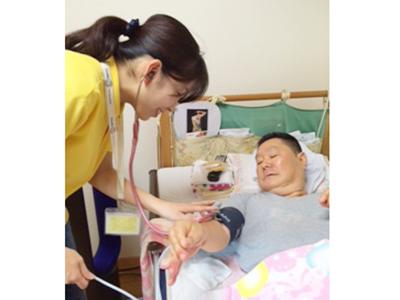 実際の訪問看護の様子。利用者様一人あたり30〜90分の看護サービスを行います。