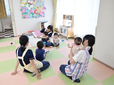 保育室の様子。定員5名の家庭的な保育環境で、保育士3名体制の手厚さが魅力です。