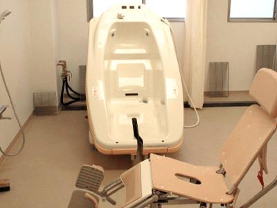 浴室は、個浴だけでなく、お身体の状況に合わせた機械浴槽も完備しています。