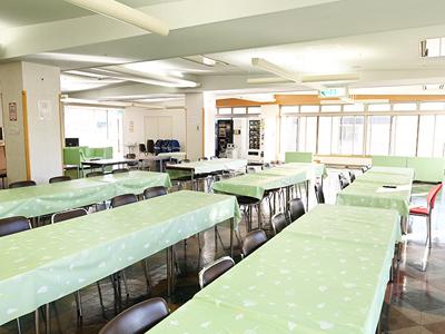 福利厚生として、最上階に職員食堂を完備。1食430円で美味しいランチが食べられます。