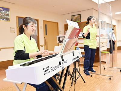 音楽療法の様子。歌唱活動を通して発声したり、音楽に合わせて身体を動かしたり楽器を鳴らしたりすることで、楽しくリハビリに励める環境を整えています。