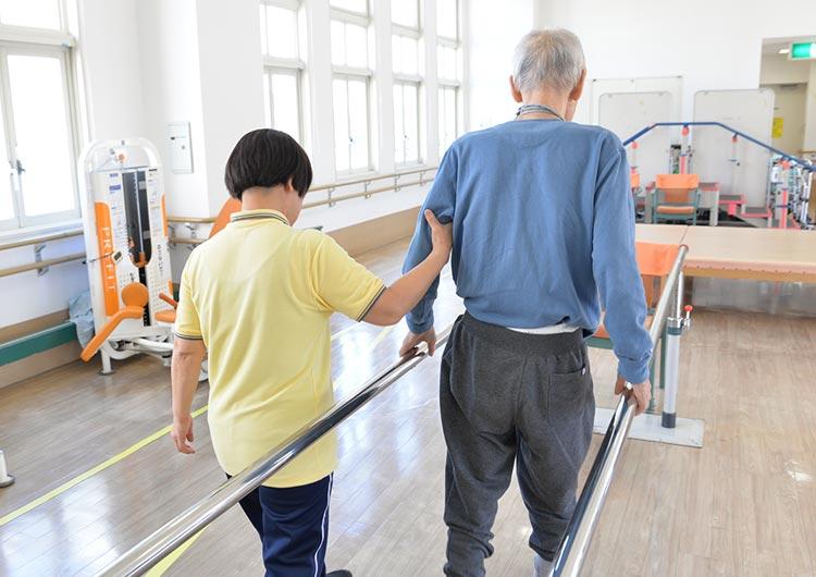 リハビリスタッフは、患者様の自宅への早期復帰を目標に、やりがいあるリハビリテーションをおこなっています。